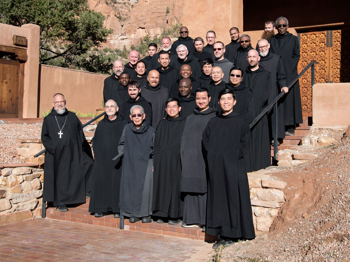 Community photograph in front of the Abbey Church, 2015.